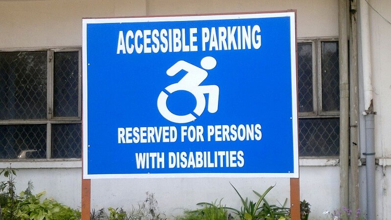 Le symbole international d'accessibilité revisité par le street art