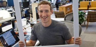 Mark Zuckerberg met du scotch sur son ordinateur